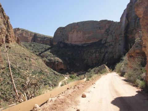 Route de terre dans les hauteurs avec l'Alto en traction