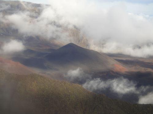 En très haute altitude - vue du cratère d'un volcan dormant sur Maui si grand que des cônes se forment dans la cratère