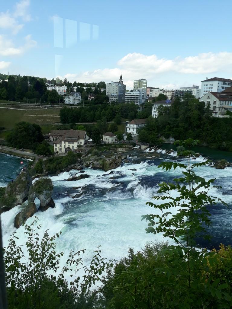 Les chutes du Rhin, visitées depuis Bâle en Suisse. Mais se trouvent-elles en Allemagne?